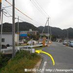 県道から熊山遺跡の方に入るところ
