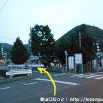 牟佐上バス停横の角を左へ