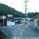 高蔵神社に行く途中の住宅街の小路の分岐を右へ