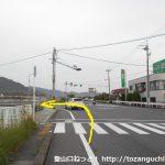 下市バス停横の交差点を左折