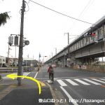 高島駅出口前の交差点を左折