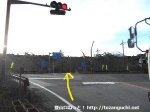 赤池バス停前の交差点を直進する