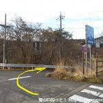 赤池バス停前の交差点を越えたらすぐに右の小路に入る