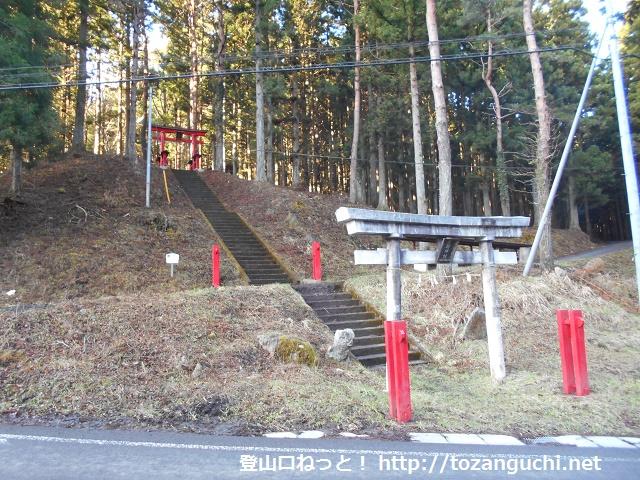 御正体山の登山口となる三輪神社の参道入口