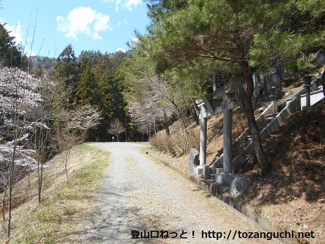 百蔵山の登山口手前の大山紙神社参道入口から登山者用駐車場を見る