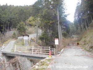 和田浄水場の上手から見る醍醐丸山・生藤山への登山道入口