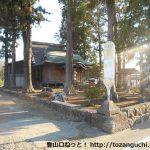 焼山登山口バス停と神社