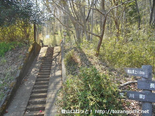 清正光入口側の南山登山口から見る登山道
