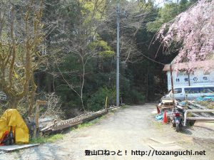 ふれあい動物村の松田山ハイキングコース入口