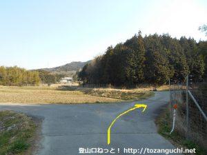 京ヶ峰の登山コースに向かう途中の辻を右へ