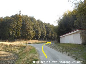 京ヶ峰の登山コースの入口手前の林道入口