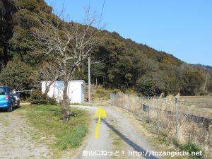 法林寺の南側から京ヶ峰の登山コースに入る