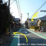 名電長沢駅から宮路山登山口に向かう途中で石灯籠の手前を左折する