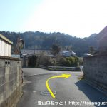 名電長沢駅から宮路山登山口に向かう途中で川の手前で右折する