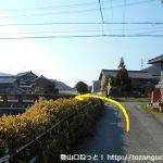 名電長沢駅から宮路山登山口に向かう途中で左折して橋を渡るところ