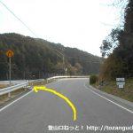 白髭八柱神社の少し先に設置されている音羽富士の登山口を示す道標横のT字路を左に入る