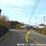 曽根バス停西側でバス道から小道に入る