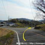 岡組集会所バス停から東に200mほどのところから右の小路に入る
