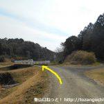 瓶割峠の富幕山登山口に行く途中で橋を渡るところ