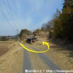 瓶割峠の富幕山登山口に行く途中でT字路にぶつかった先で鋭角に左折するところ