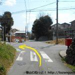 長山駅の南側の辻を左折する