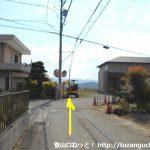 長山駅南側の辻を右折してすぐ左折した先の辻を直進