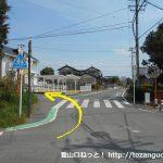 長山駅の南側の辻を左折してすぐ左の小路に入る