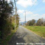 長山駅の北側の車道を直進