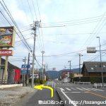県道4号線の多米町交差点を左折する