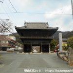 赤岩寺の仁王門前
