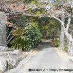 赤岩寺本堂右側の小路