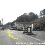 奥山バス停前の車道を奥山高原の方に進む