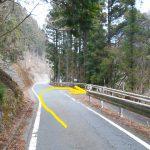 日本ヶ塚山の中沢登山口に向かう林道の入口