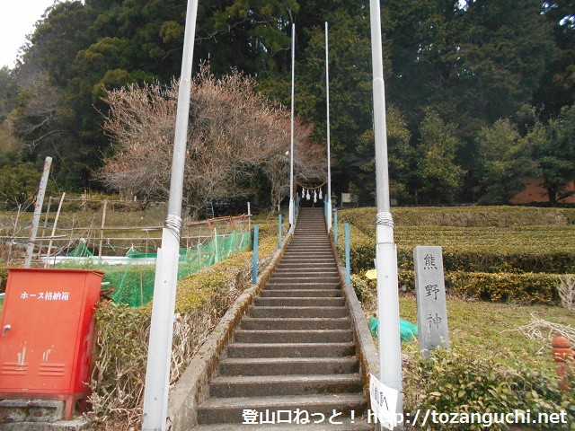 豊根村の富山地区にある熊野神社の参道入口
