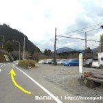田野口駅前の車道を南に進む