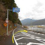 田野口駅の南側で右折して橋を渡る
