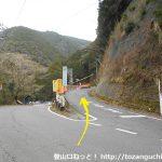 渡本バス停前の県道29号線から有東木方面へのわき道に入る