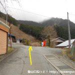 有東木バス停上の十字路を直進