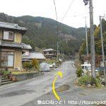 板井沢バス停前の県道195号線を北に進む