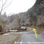 奥山温泉の入口前から林道を奥に進む