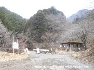 大洞橋の篠井山登山口前と東屋