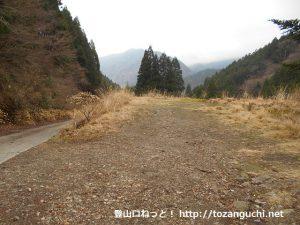 大洞橋の篠井山登山口前にある登山者用駐車場