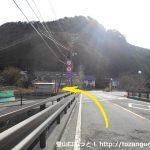根場民宿バス停の東側で橋を渡ったら左折