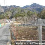 根場民宿バス停の東側で橋を渡ったら左折してすぐ右の小路に進む