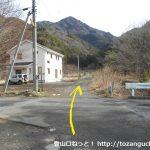 東入川堰堤広場まで0.8km地点の林道の入口
