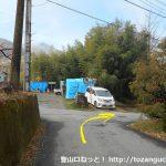 竹居バス停北側から左の小路に入りT字路に突き当たったら右折