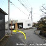 竹居バス停北側から左の小路に入りT字路に突き当たったら右折しすぐに左折