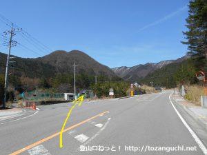 県道719号線から大石峠入口に向かう林道の方に入るところ