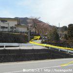 檜峯神社前バス停から坂道を上る