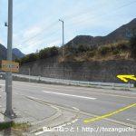 檜峯神社前バス停から坂道を上って国道137号線を横切る